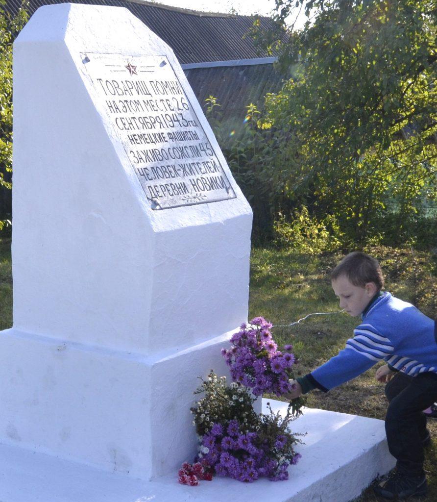 У вёсцы Новікі ўшанавалі памяць спаленых карнікамі землякоў (фота)
