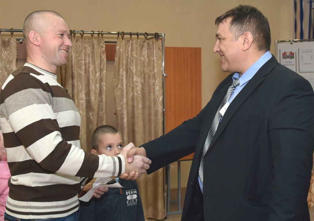 Билет в бассейн и «Куклу-благополучницу» получил Сергей Карницкий, проголосовав