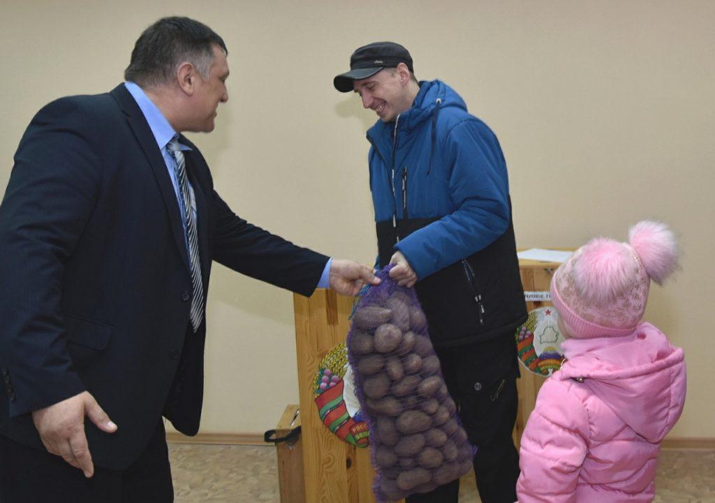 Мешок картошки получила многодетная семья на Купском участке для голосования № 53