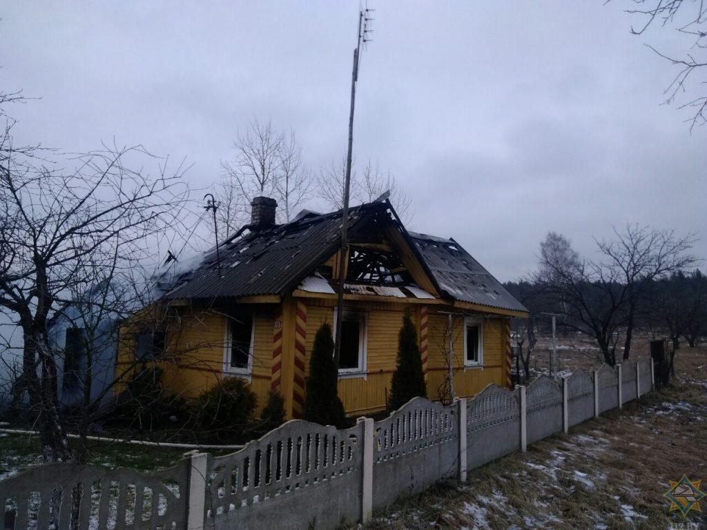 На пожаре в Мядельском районе очевидцы спасли пенсионерку (фото, видео)