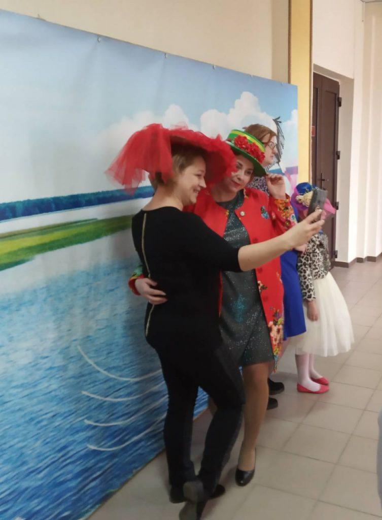 """Конкурс головных уборов """"Все дело в шляпе"""" прошел в Мяделе (фото, видео)"""
