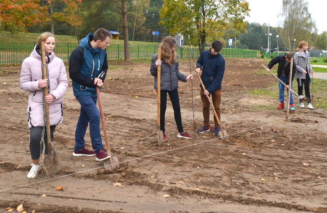 Ля Занарацкай сярэдняй школы заклалі новы сад (фота)