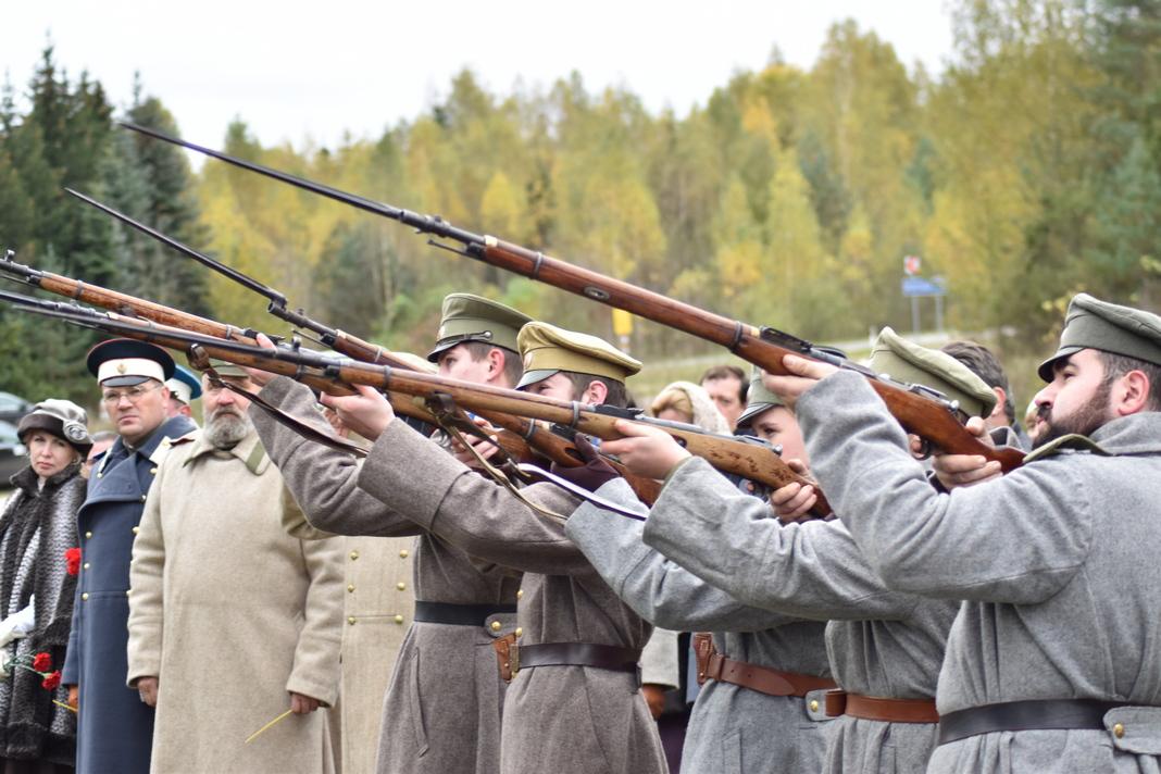 На Мядзельшчыне пабывалі ўдзельнікі аўтапрабегу па месцах пахаванняў Першай сусветнай вайны (фота)