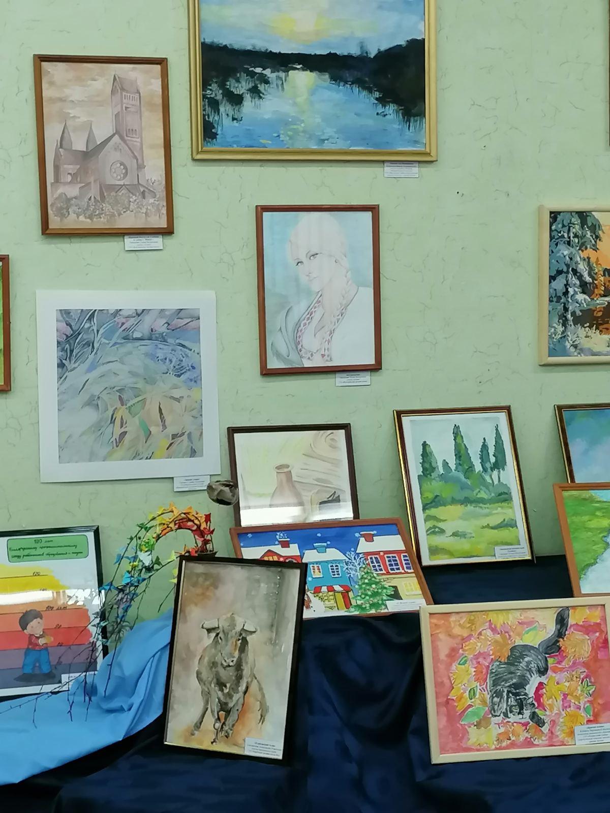 """Выставка творческих работ учителей района """"Энергия кисти"""" открылась в к. п. Нарочь"""