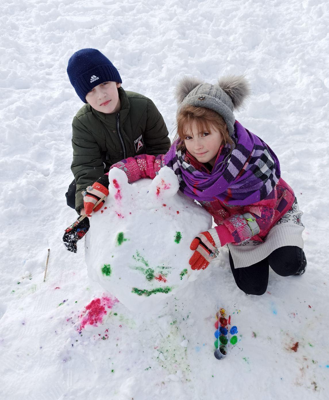 Вучні Занарацкай СШ ствараюць снежныя скульптуры
